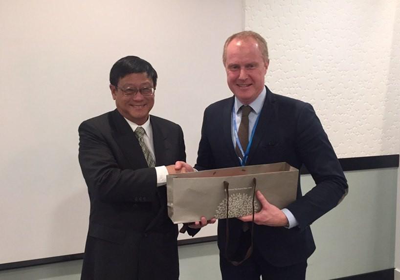 環保署長張子敬(左)12日與瑞典氣候談判代表佛蒙利 (右)進行雙邊會談。(駐瑞典代表處提供)
