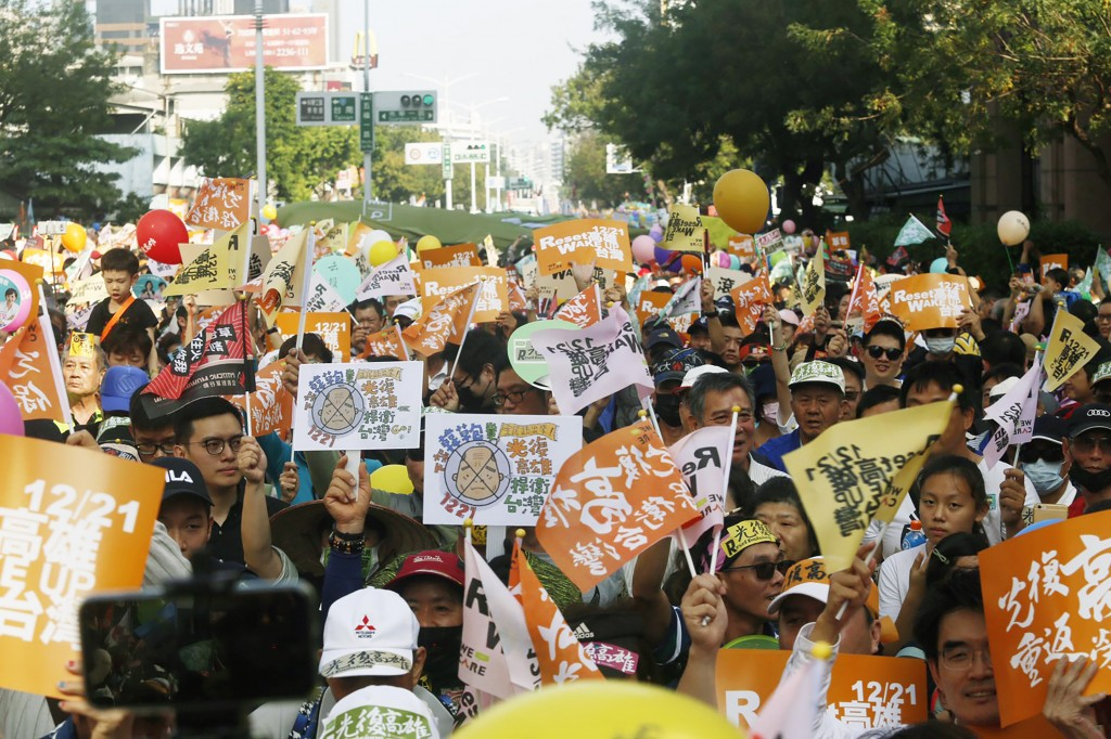 Opponents of Han Kuo-yu march in Kaohsiung Saturday.