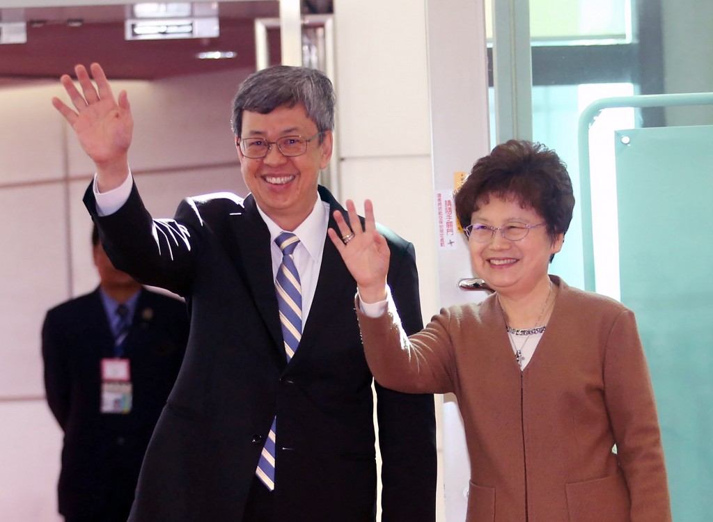 Vice President Chen Chien-jen (left) and his spouse leaving for Palau.