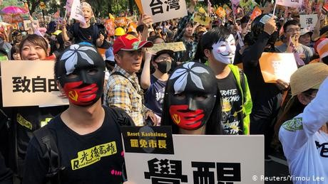 Taiwan: Rival protesters rally ahead of January polls