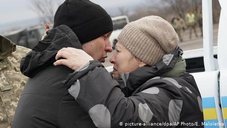 Ukraine, pro-Russia separatists carry out landmark prisoner exchange