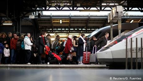 French strikes throw holiday travel into chaos