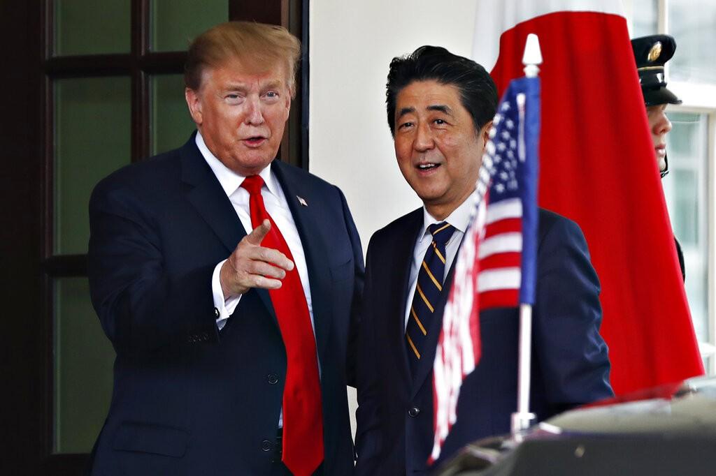 美國總統川普週五(26)與日本首相安倍晉三會談(照片來源:美聯社提供)
