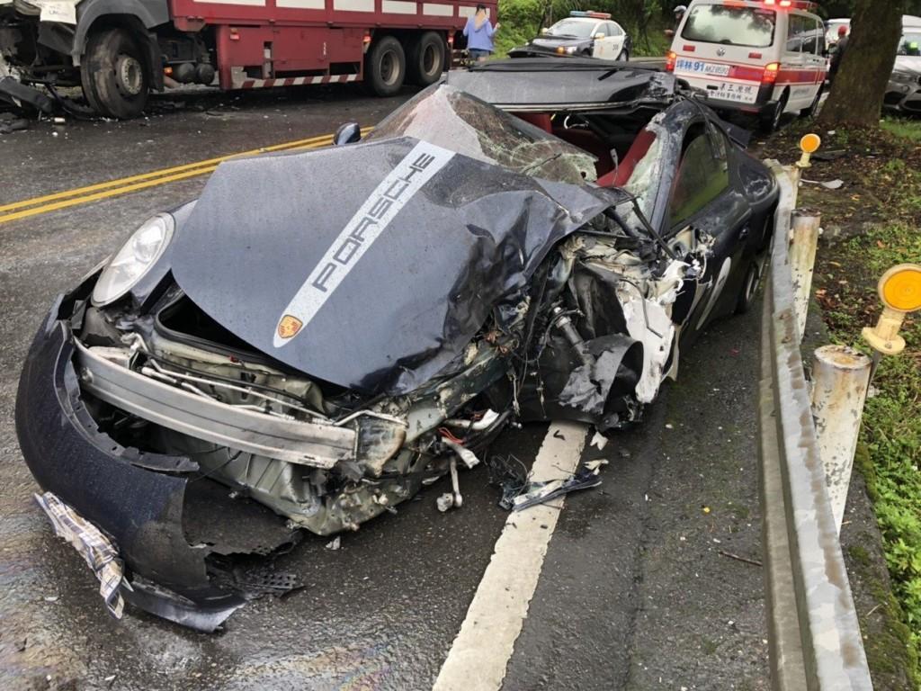 對撞的保時捷車頭全毀(照片來源:翻攝畫片)
