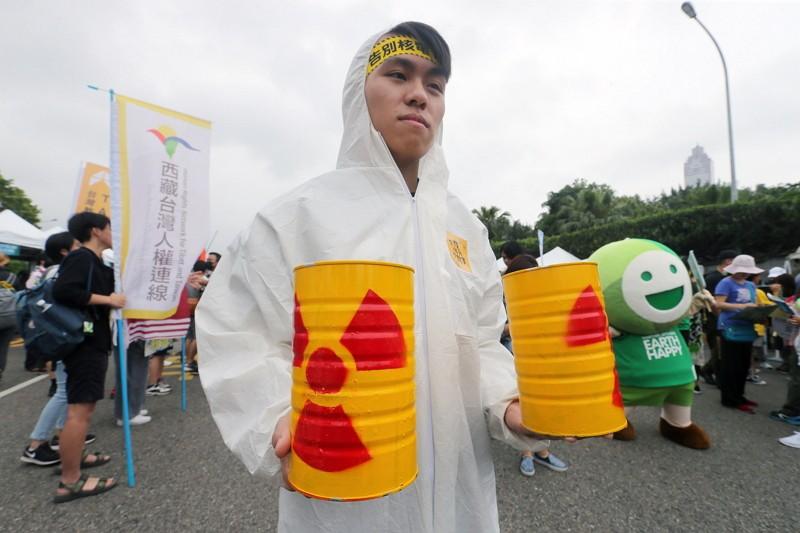 民眾穿防護衣、手拿核廢料道具表達反核訴求