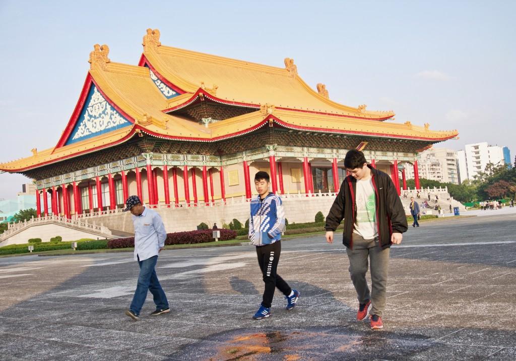 Visitors at Chiang Kai-shek Memorial Hall (中正紀念堂)  in Taipei. (Taiwan News photo)