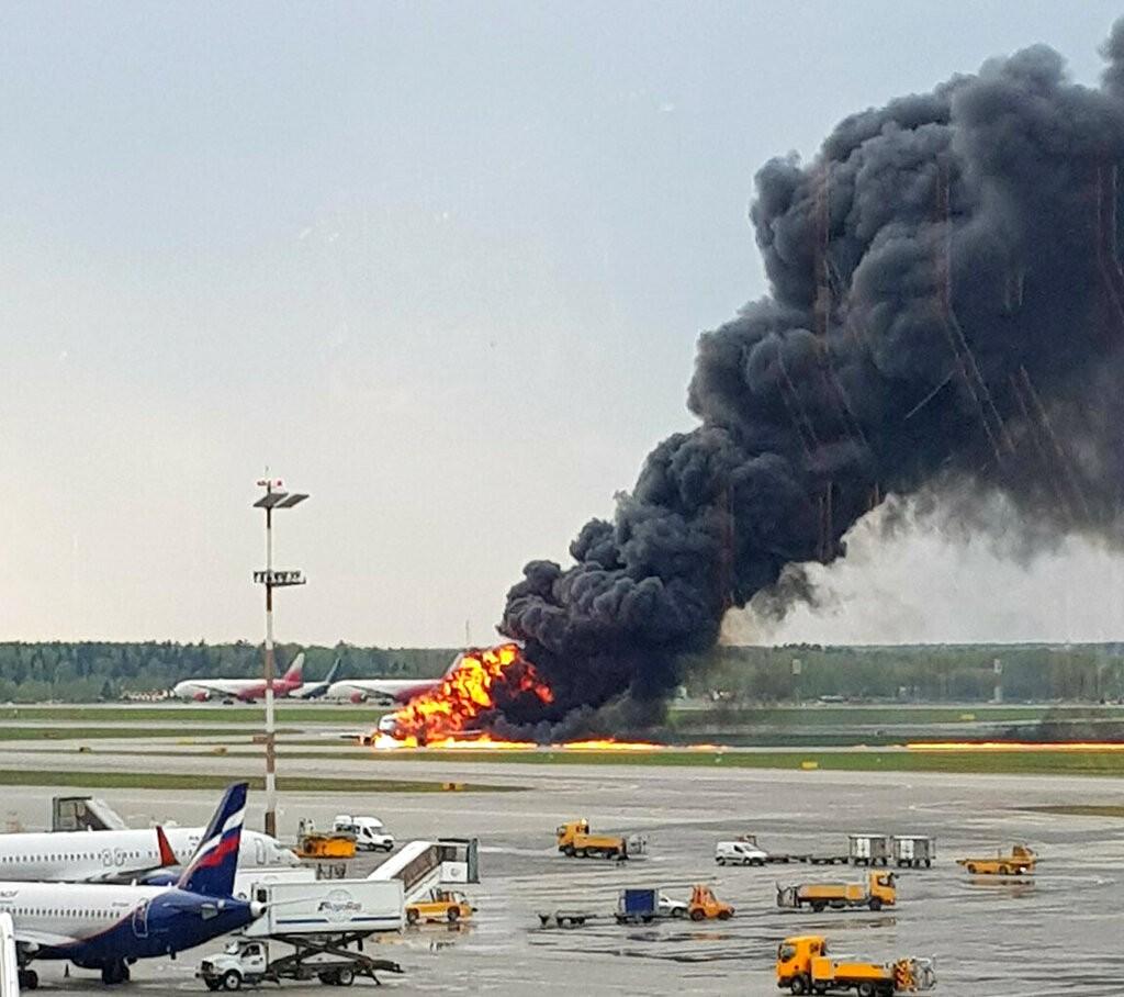 一架俄羅斯航空客機5日緊急迫降於莫斯科機場後,機身竄出熊熊烈火及黑煙(照片來源:美聯社提供)