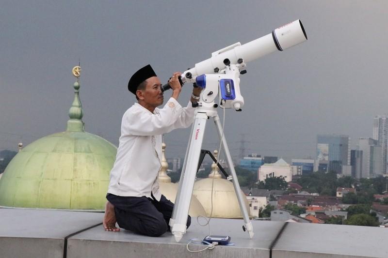 印尼5日在全國設置102個觀測站, 自傍晚4時起觀測伊斯蘭聖月9月的新月是否出現,以決定今年齋戒月開始的時間。