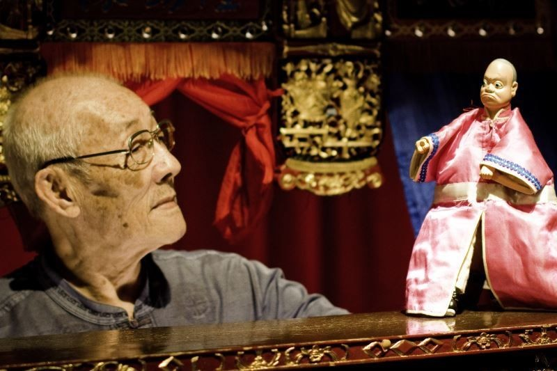 "Renowned Taiwan glove puppeteer Chen Hsi-huang performs in a scene from the documentary ""Father"" (Photo/Taiwan Today/TFFB)"