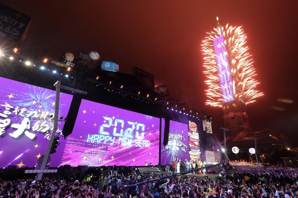 「台北最High新年城–2020跨年晚會」長達300秒的煙火秀喜迎2020年的到來。