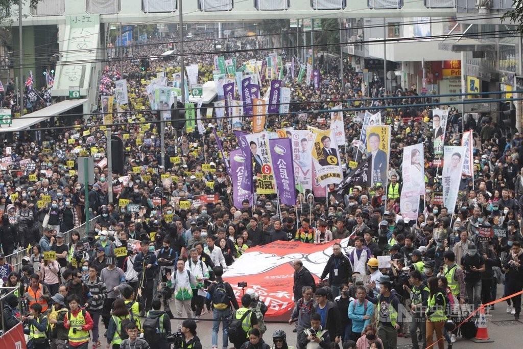 港民陣舉行元旦遊行 有人高舉獨立旗幟