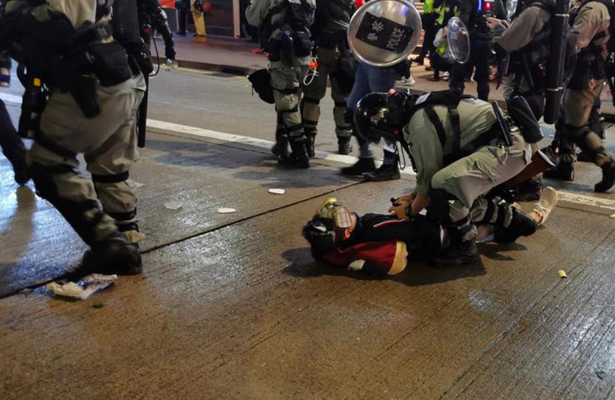 晚上7時左右,防暴警察追趕示威者,一路從灣仔追至銅鑼灣,並逮捕了至少一名示威者(圖:中央社)
