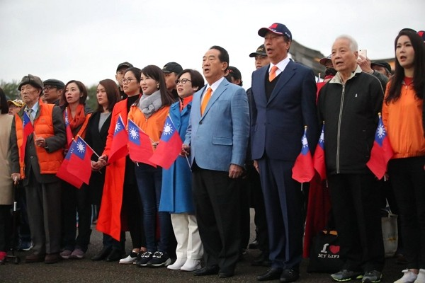 Terry Gou (third from right) at National Sun Yat-sen Memorial Hall Jan. 1. (James Soong photo)