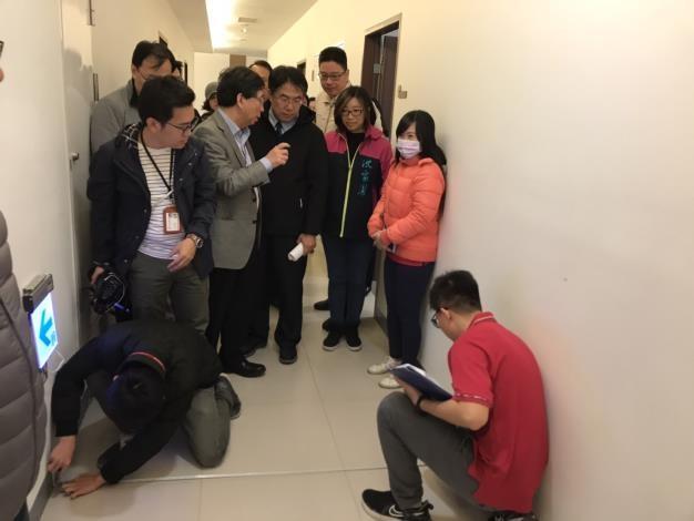 為落實外國人生活照顧計畫,臺南市長黃偉哲即隨同勞工局移工查察人員前往企業訪視移工的工作環境。(照片來源:臺南市政府)