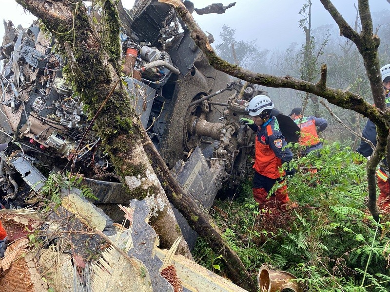 消防署表示,經聯繫宜蘭消防局119,證實第1梯次人 員已於下午1時30分接觸到待救者,黑鷹直升機機身面目全非。 (消防署提供) 中央社