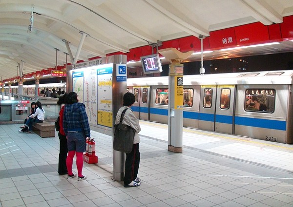 Taipei MRT to allow medium- and large-sized dog on weekends and during national holidays. (Wikimedia photo)
