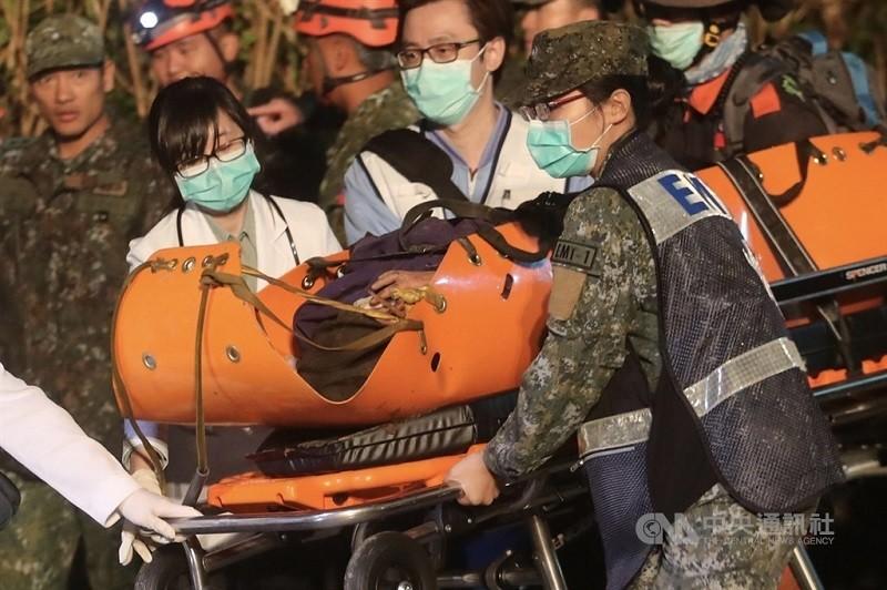軍聞社記者陳映竹獲救後晚間送醫治療。中央社
