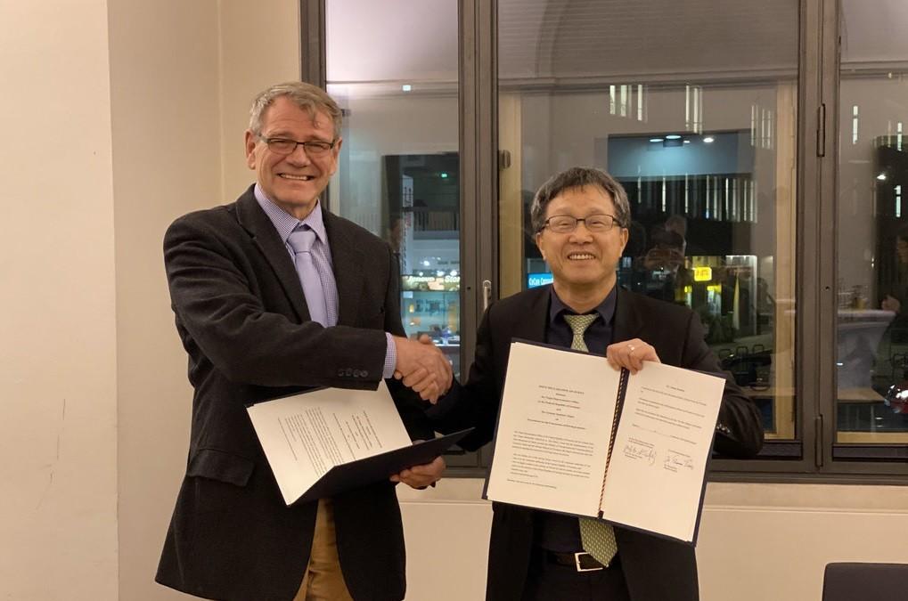 我國駐德代表謝志偉(右)與德國駐台代表王子陶(左)2019年12月12日在柏林簽署合作意向書(圖/ 中央社)