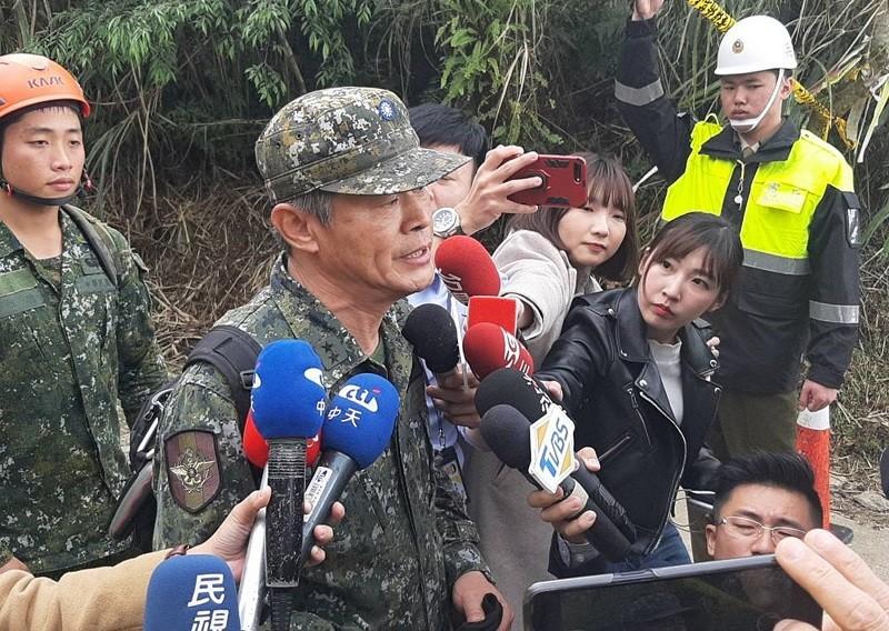 圖為國防部總督察長黃國明(前左)3日說明黑盒子尋獲狀況。 中央社