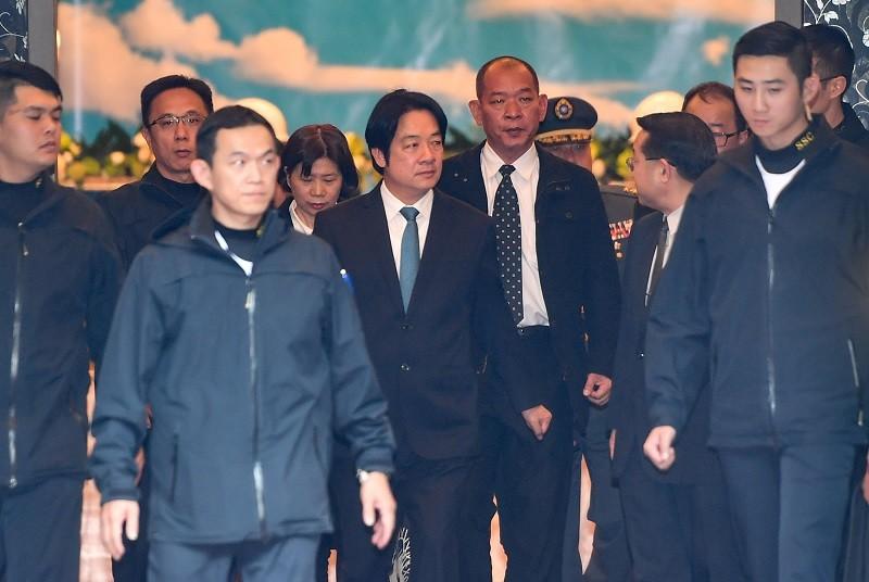 民進黨副總統候選人賴清德(中)3日前往三軍總醫院懷德廳靈堂悼念致意。中央社