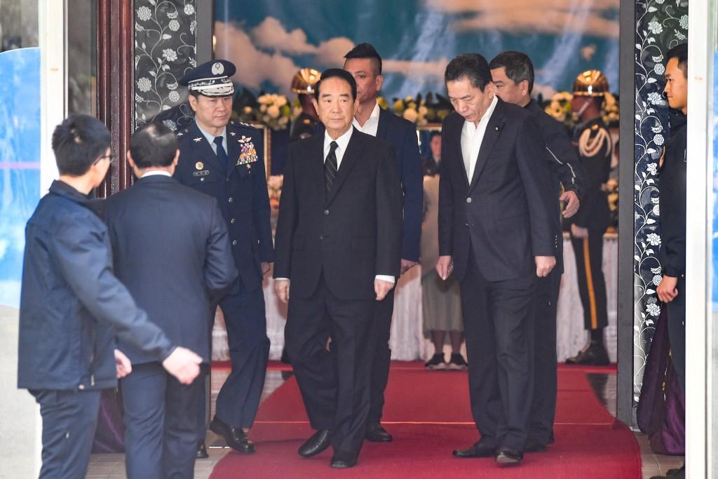 親民黨總統候選人宋楚瑜(前中)3日上午前往三軍總醫院懷德廳靈堂悼念致意。中央社