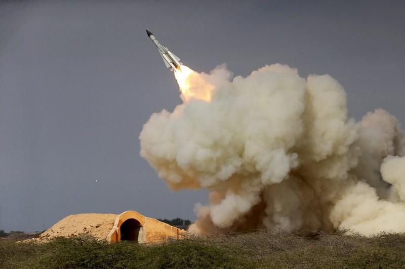 圖為伊朗2016年演習時, 發射S-200長程飛彈 (美聯社)