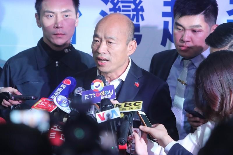 韓國瑜(中)4日晚間在台北出席政策發布會前受訪表示,他真的為民進黨的國際事務捏了一把冷汗。中央社