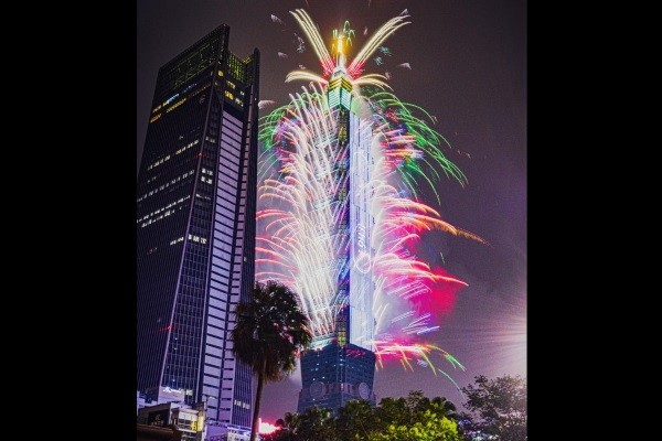 Taipei 101 New Year's 2020 fireworks. (Photo by Jacky Huang)