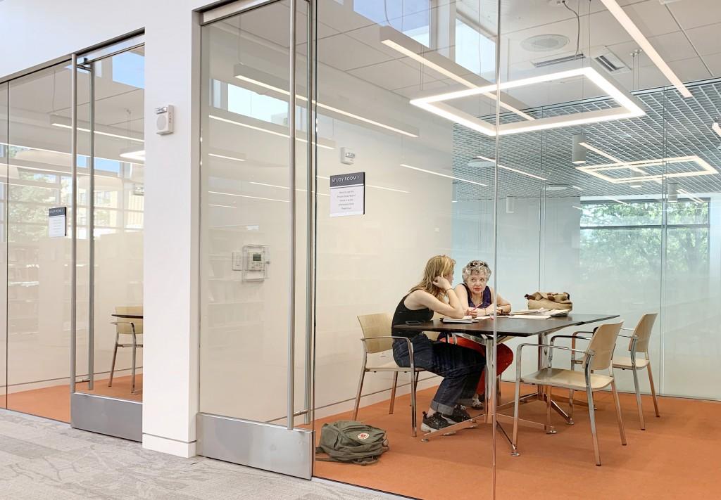 閱讀暨討論室採預約登記且不限時間。