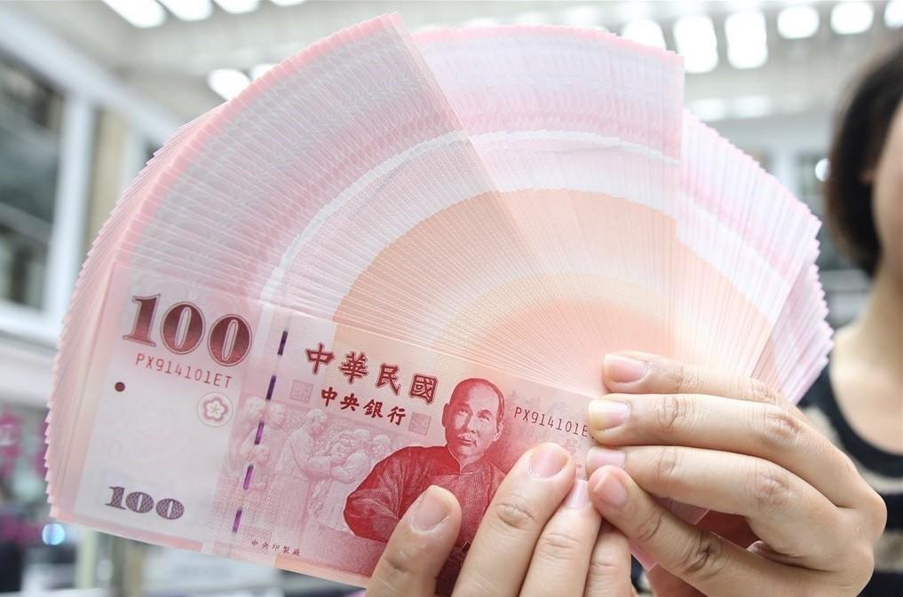 NT$100 banknotes.