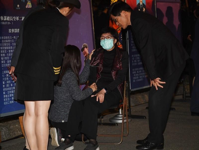圖為3日晚間國防部長嚴德發(右)抵達台北賓館追思會場,向沈一鳴遺孀(戴口罩者)慰問致意。中央社