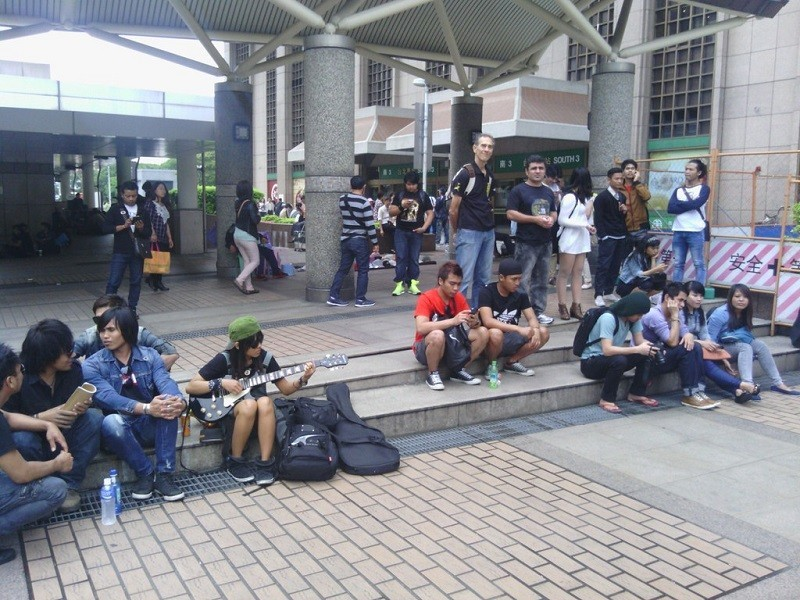 Migrant workers gather at Taipei Main Station. (Flickr photo by 李季霖)