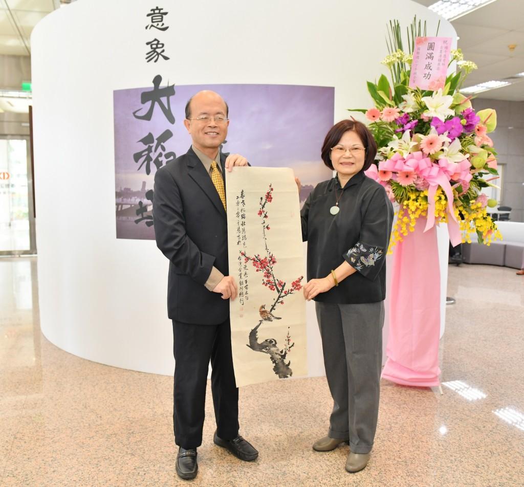 水墨畫家楊千慧(右)、台灣企銀董事長黃博怡(左)。(照片由台灣企銀行提供)