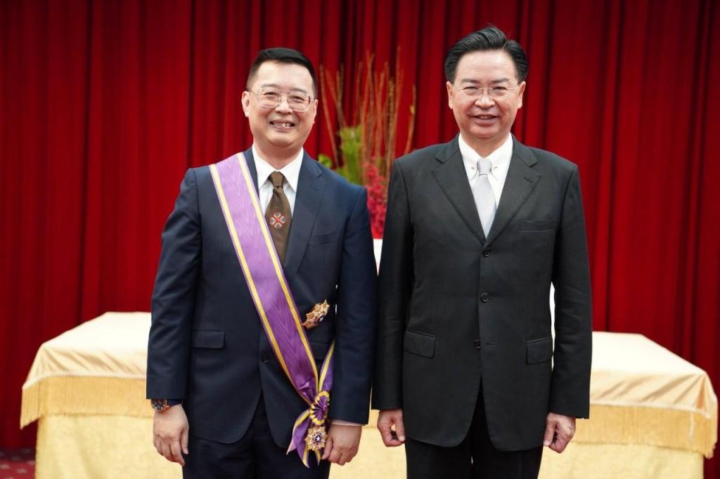 外交部長吳釗燮(右)與新加坡駐台代表黃偉權(左)合影留念(圖/ 外交部)