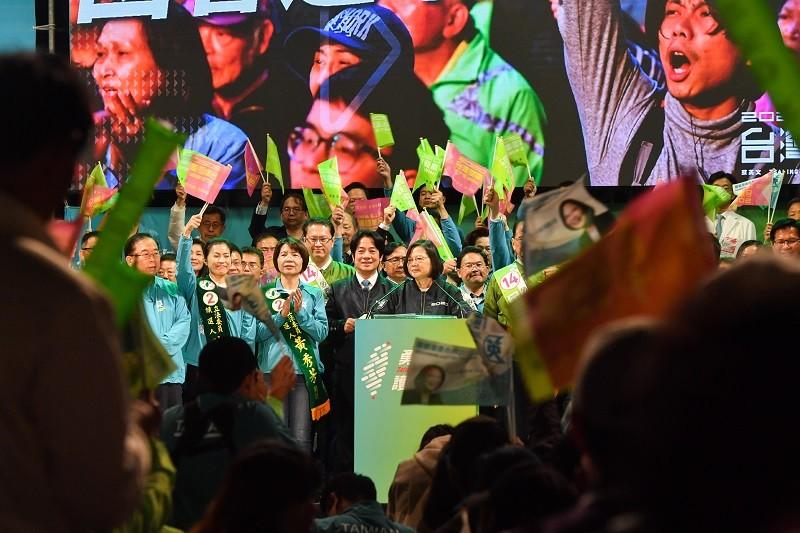 圖為總統蔡英文與賴清德, 7日出席彰化造勢晚會(中央社)