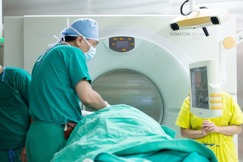醫師利用手術中即時電腦斷層影像導航系統替三叉神經痛患者進行治療。(圖/長庚醫院提供)