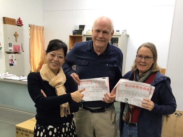 David Alexander (center), Charlene Bos (right). (Tainan Theological College and Seminary photo)