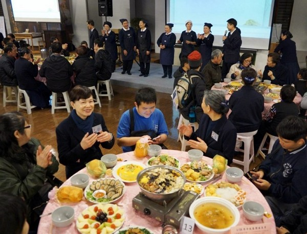 Tzi Chi Foundation holds dinner banquets for disadvantaged families. (Tzi Chi photo)