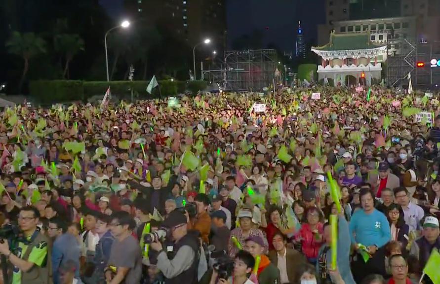 民進黨「團結台灣 民主勝利」造勢晚會吸引大批人潮(圖擷取自臉書直播)
