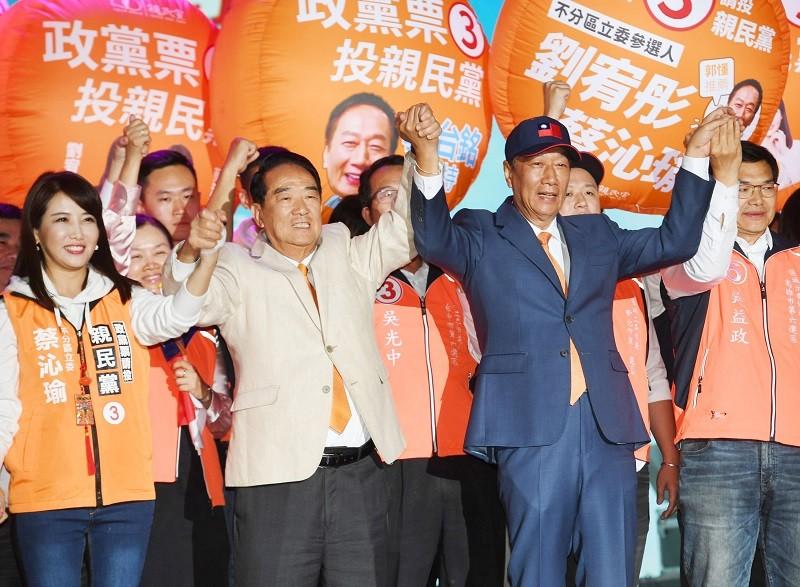 親民黨10日在台北的選前之夜晚會,鴻海創辦人郭台銘(前右2)也出席,與親民黨總統候選人宋楚瑜(前左2)、立委候選人一同集氣催票。中央社