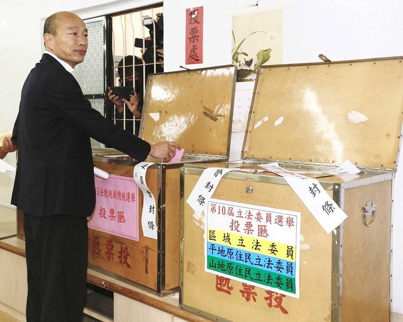 國民黨總統候選人韓國瑜(圖)11日一早就前往高雄市林園區的普願寺投開票所,投下神聖一票。中央社