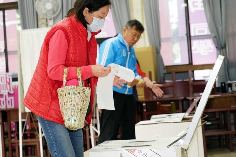 Ko Wen-je(right) casts his vote. (Taipei City Government photo)