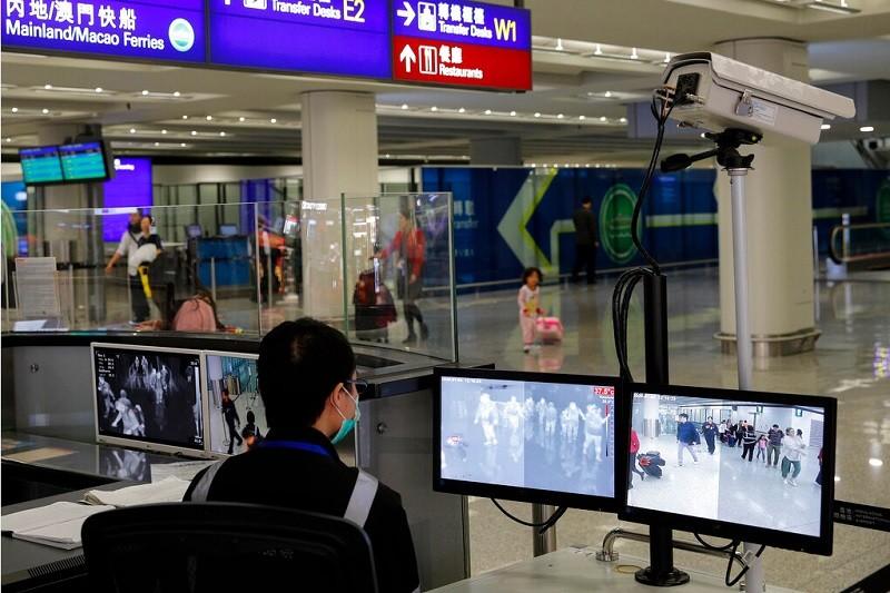圖為香港國際機場衛生官員, 近日監測入境旅客健康情形 (美聯社)