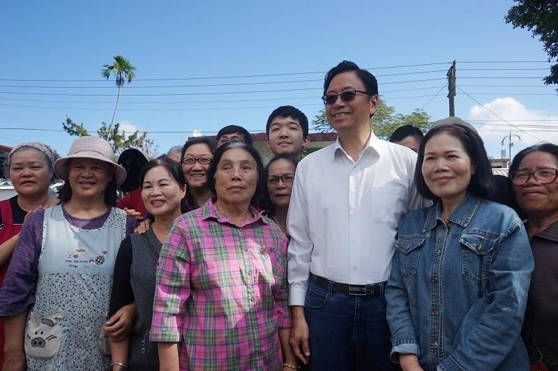 國民黨副總統候選人張善政(右3)11日回到花蓮投票,與現場等候的鄉親握手、合影,展現親和力。中央社