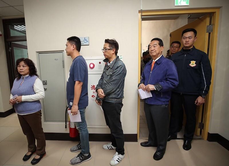 親民黨總統候選人宋楚瑜(右2)今天前往淡水投票。中央社