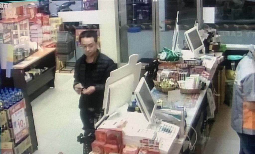 Lin spotted in a convenience store. (Taipei Police Department, Wanhua Precinct photo)