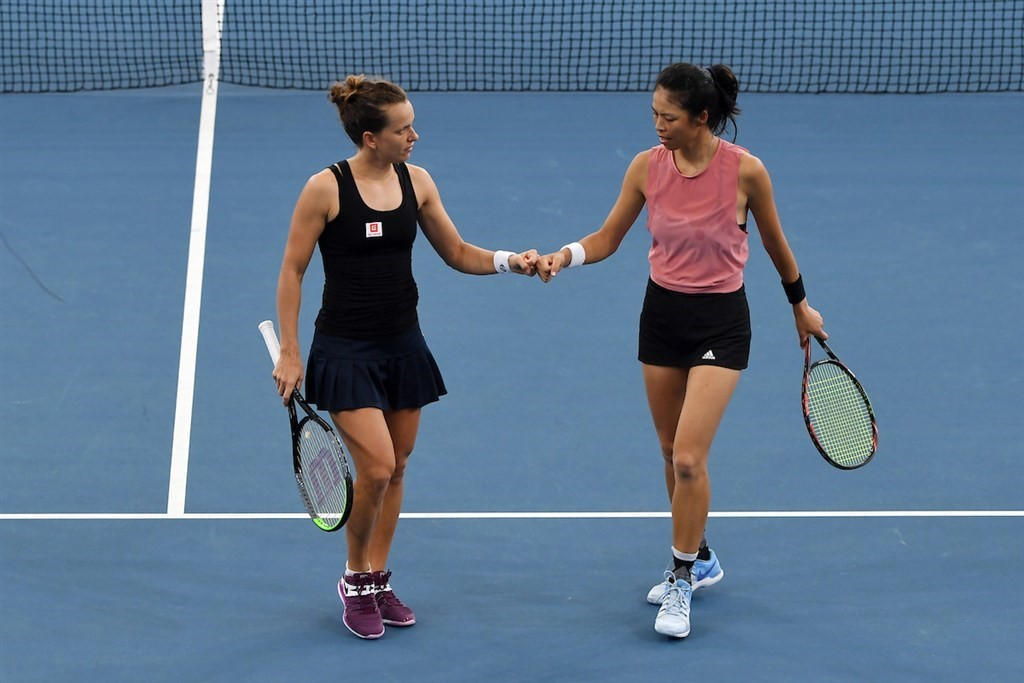 Taiwan's Hsieh Su-wei (right) and her doubles partner Barbora Strycova of the Czech Republic / (Image taken from twitter.com/BrisbaneTennis)