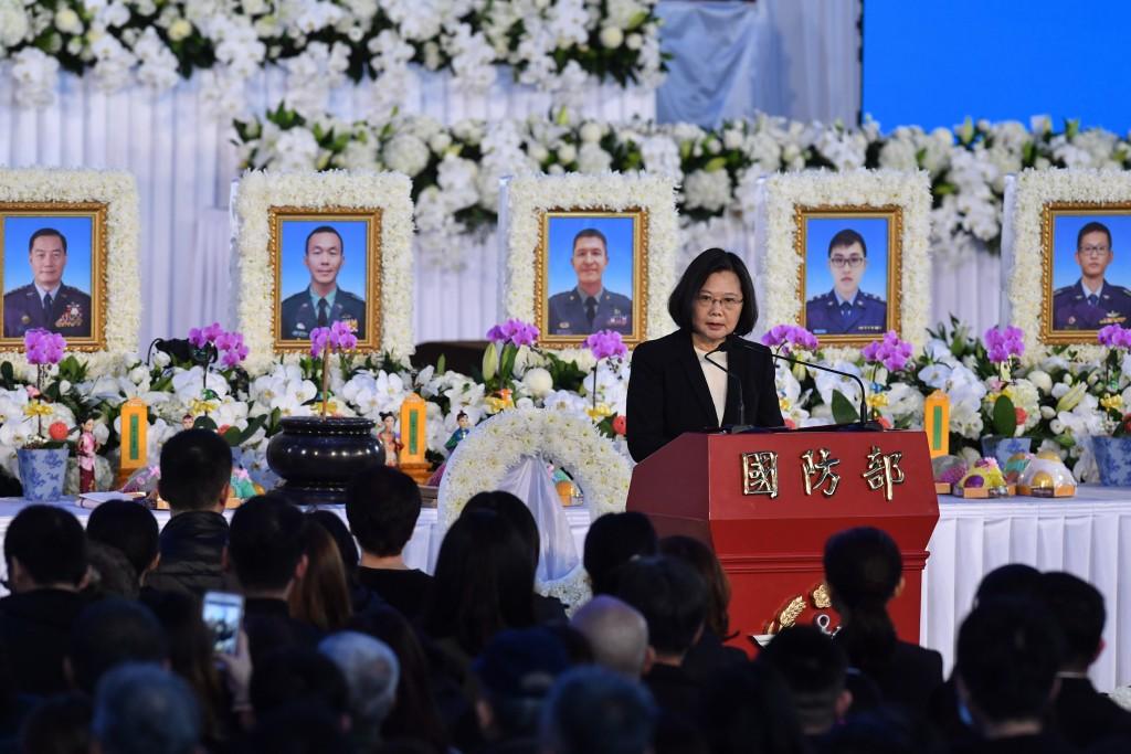 總統蔡英文(14)日出席國防部為黑鷹直升機失事殉職將士在空軍松山基地指揮部舉辦的聯合公祭