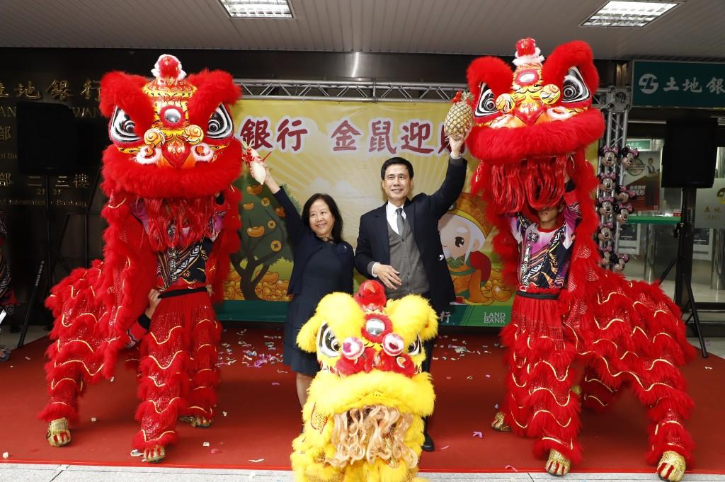 臺灣土地銀行董事長黃伯川(右)與總經理謝娟娟接受舞獅團祝福本行新春好彩頭、業績旺旺來。(土銀提供)