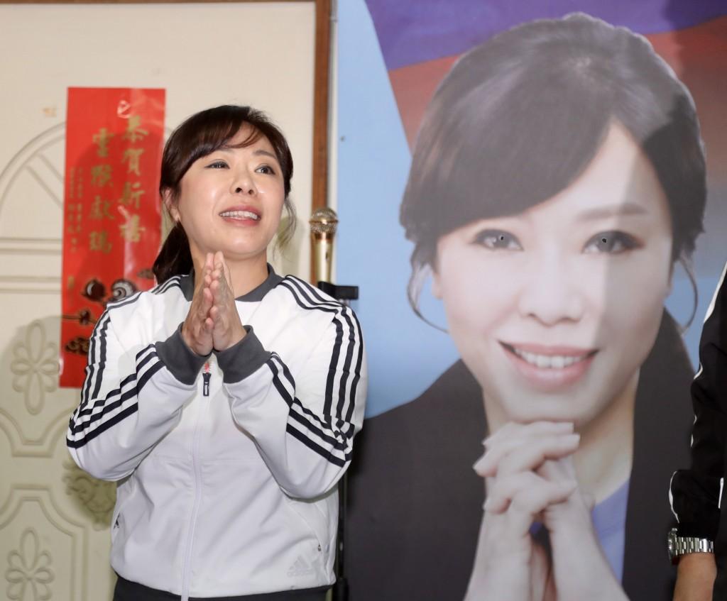 KMT lawmaker Lee Yen-hsiu acknowledging her defeat last Saturday (Jan. 11).